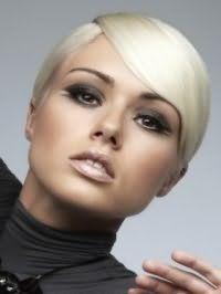 Цвет волос блонд хорошо вписывается в вечерний образ, состоящий из насыщенного макияжа смоки айс, светло-коричневых румян и бежевого блеска для губ, подходит девушкам с теплым цветотипом внешности