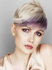 Цвет волос пепельный блонд на короткой стрижке с косой челкой, подчеркнутой фиолетовым колорированием, великолепно гармонирует с глазами, выделенными черной подводкой, и помадой вишневого оттенка