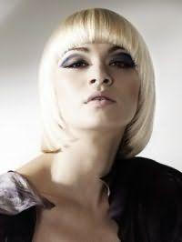 Насыщенный макияж глаз в серых и черных тонах, помада натурального оттенка хорошо вписываются в вечерний образ, дополненный стрижкой каре с цветом волос блонд и с округлой челкой