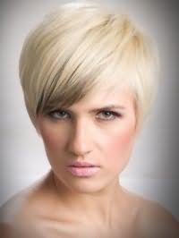 Цвет волос золотистый блонд органично выглядит на короткой стрижке с челкой, подчеркнутой серым колорированием, и дополняется легким макияжем глаз, румянами персикового тона и помадой светлого розового оттенка