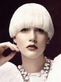 Цвет волос платиновый блонд органично вписывается в короткую стрижку с челкой с дополнительным объемом и сочетается с легким макияжем глаз и помадой темно-коричневого оттенка