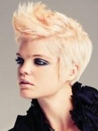Стильная короткая стрижка с цветом волос блонд преображается с колорированными прядями оранжевого оттенка, насыщенным макияжем глаз в серых и черных тонах и помадой натурального цвета