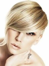 Оригинальная асимметричная стрижка с цветом волос золотистый блонд с удлиненной челкой хорошо дополняется мелированием и подчеркивается макияжем глаз в коричневых тонах, румянами бежевого оттенка и светлым блеском для губ