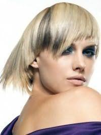 Насыщенный макияж голубых глаз в светло-синих оттенках дополняется естественным тоном губной помады и румян и сочетается с асимметричной рваной стрижкой с цветом волос блонд и колорированием в темно-серых оттенках