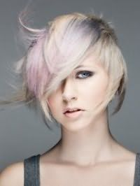 Асимметричная стрижка для блондинки с колорированными прядками серо-розового тона станет отличным вариантом для девушек с голубыми глазами, выделенными черными тенями