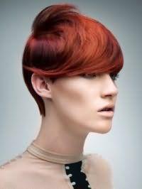 Креативная женская стрижка с удлиненной косой челкой на короткие волосы рыжего цвета прекрасно смотрится с вечерним макияжем с акцентом на глаза