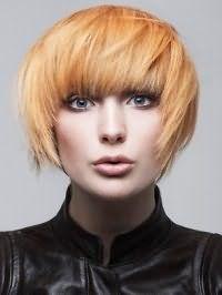 Модный светлый оттенок для рыжих волос отлично дополняется короткой стрижкой боб с удлиненными прядями и густой прямой челкой, и гармонирует с макияжем в серо-коричневых тонах