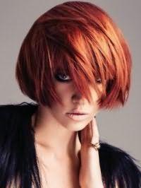 Идея вечернего макияжа смоки айс в черной гамме хорошо смотрится с макияжем губ в натуральных тонах и дополняет волосы средней длины ярко-рыжего оттенка с удлиненными прядками