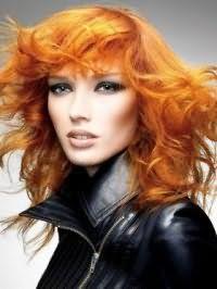 Повседневный образ для девушек с рыжими волосами средней длины и макияжем глаз в темно-зеленых оттенках