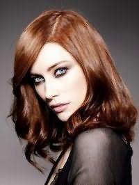 Вариант вечернего макияжа в черно-фиолетовой гамме изумительно дополняет образ в сочетании с укладкой средних темно-рыжих волос в виде легких локонов с боковым пробором