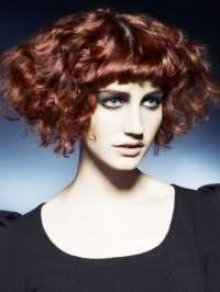 Идея вечернего образа в виде сочетания темно-рыжих средних волос кудрявого типа и макияжа глаз в серо-зеленых оттенках