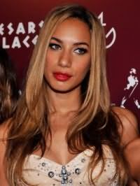 Золотисто-русый цвет волос хорошо смотрится на стрижке лесенка для длинных волос и гармонирует с вечерним макияжем в темно-коричневой гамме для карих глаз и смуглого типа кожи