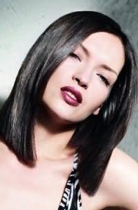 Черный цвет волос изумительно выглядит на стрижке удлиненное прямое каре с боковым пробором и дополняется естественным макияжем глаз и помадой бордового оттенка