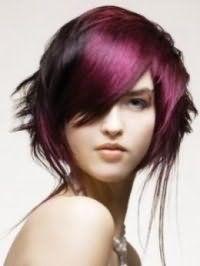Темно-каштановый цвет волос преображается в сочетании с колорированием сливового оттенка на оригинальной короткой стрижке с удлиненными прядями и челкой, и сочетается с естественным макияжем глаз и бежевой помадой
