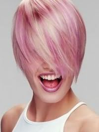Стильное мелирование в розовых оттенках украсит цвет волос блонд на короткой стрижке с удлиненной челкой и дополняется макияжем в сиреневых тонах