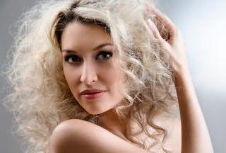 Платиновый цвет волос отлично смотрится на стрижке каскад на кудрявые волосы с мелированием серого оттенка и гармонирует с естественным макияжем, органично подчеркивающим глаза