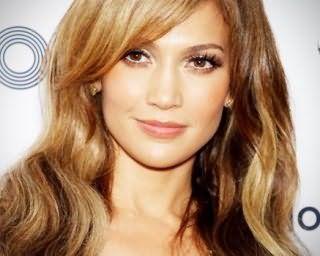 Длинные волнистые волосы с мелированием хорошо вписываются в образ блондинки с теплым цветотипом внешности и будут гармонировать с натуральным дневным макияжем в светло-коричневой гамме