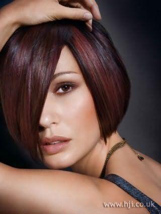 Элегантный вечерний образ создаст тандем из макияжа в коричневых тонах и изысканного каре с черным цветом волос и удлиненной челкой, украшенного мелированием бордового оттенка