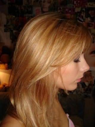 Стрижка лесенка на прямые волосы для блондинок хорошо дополняется мелированием и гармонирует с макияжем в естественных оттенках для повседневного образа
