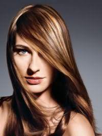 Прямые длинные волосы карамельного цвета с удлиненной челкой на бок прекрасно смотрятся в тандеме с легким дневным макияжем, выполненным в натуральных тонах для девушек с голубыми глазами