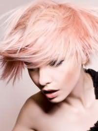 Цвет волос розовый блонд великолепно выглядит на короткой рваной стрижке с челкой и гармонирует с черными стрелками на глазах, светло-коричневыми румянами и естественным макияжем губ