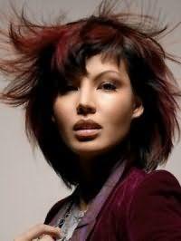 Каре с рваными концами с черным цветом волос и колорированием красного оттенка гармонирует с естественным дневным макияжем для креативного офисного образа