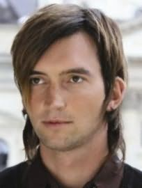 Для обладателей темно-русого цвета волос хорошим вариантом станет мужская стрижка лесенка, открывающая уши, на среднюю длину с удлиненной челкой и боковым пробором