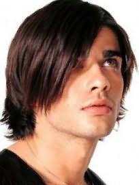 Романтичный образ создает мужская стрижка на среднюю длину волос с челкой на один бок и рваными концами, подходит парням с теплым цветотипом внешности и карими глазами