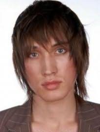 Мужская стрижка на среднюю длину волос с челкой и рваными концами великолепно выглядит на волосах русого оттенка и сочетается с глазами голубого цвета