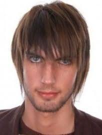 Оригинальная мужская стрижка с рваными концами и удлиненной челкой является отличным решением для обладателей русого оттенка волос и глаз зеленого цвета