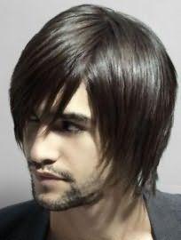 Великолепно выглядит мужская стрижка на среднюю длину тонких волос с рваными концами и удлиненной челкой на один бок, которая гармонирует с темным цветом волос, карими глазами и светлым типом кожи