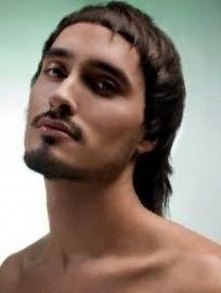 Оригинальная мужская стрижка на длинные волосы с рваными концами и ультракороткой челкой является хорошим вариантом для парней с теплым цветотипом внешности