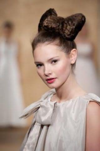 Ультрамодная прическа высокий бант из накрученных волос для локонов темно-каштанового цвета