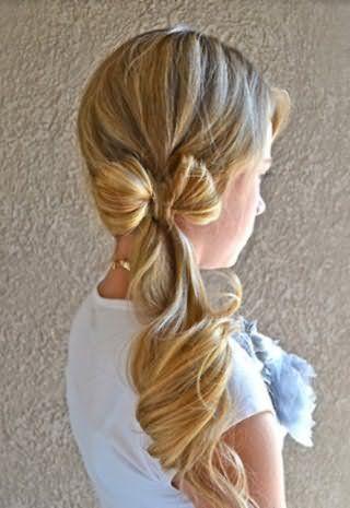 Красивая прическа бант из волос на бок в сочетании с низким хвостом