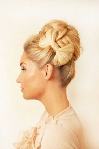 Женская прическа высокий бант из волос в сочетании с пучком для светлых локонов