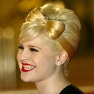 Идея укладки банта из волос в винтажном стиле для светлых локонов средней длины