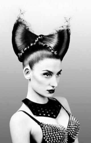 Креативная прическа высокий бант из волос для длинных локонов черного оттенка
