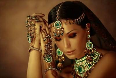 Восточные красавицы умеют подчеркнуть волшебство и очарование женщины!