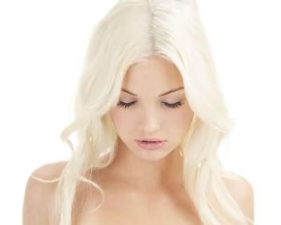 Блондинкой можно стать с помощью осветляющих красителей.
