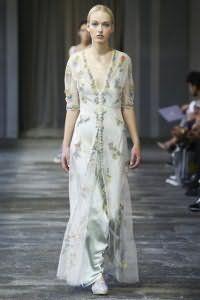 Шелковое платье белого цвета молочного оттенка, приталенного фасона, длиной в пол от Luisa Beccaria.