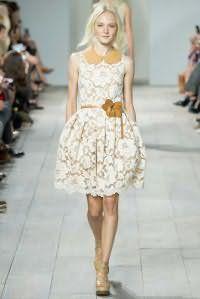 Кружевное платье белого цвета с подкладом коричневого оттенка, приталенного силуэта от Michael Kors.