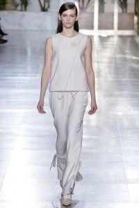 Костюм белого цвета платинового оттенка, состоящий из блузы без рукавов и брюк свободного покроя, от Osman.