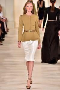 Юбка жемчужного белого цвета облегающего фасона, длиной до колен от Ralph Lauren.