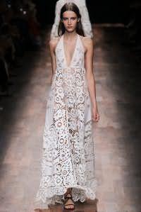 Кружевное платье белого цвета с завышенной талией, длиной макси от Valentino.