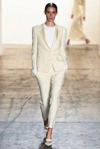 Костюм белого цвета оттенка айвори, состоящий из пиджака прямого покроя и укороченных брюк, от Wes Gordon.