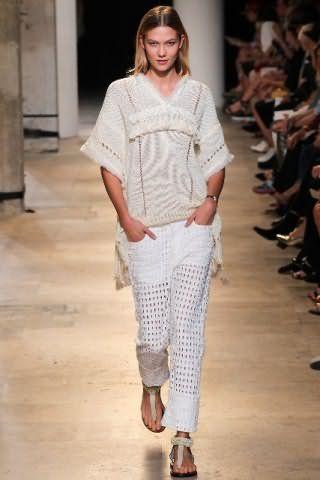 Ажурные брюки белого цвета, прямого силуэта монохромно сочетаются с удлиненным свитером кремового оттенка от Isabel Marant.