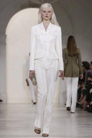 Монохромный костюм жемчужного белого цвета, состоящий из приталенного пиджака и брюк прямого силуэта, от Ralph Lauren.