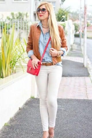 Брюки белого цвета, облегающего фасона дополняются джинсовой рубашкой голубого оттенка.