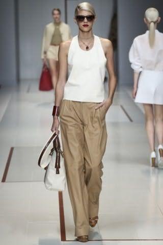 Майка на лямках белого цвета дополняется брюками светло-коричневого оттенка от Trussardi.