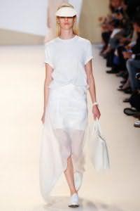 Двухслойная юбка белого цвета расклешенного фасона, с асимметричным подолом от Akris.